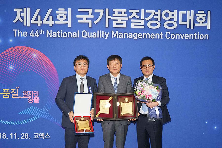 귀뚜라미범양냉방 이영수 대표이사(가운데) 품질경쟁력 우수기업 11년 연속 수상.jpg